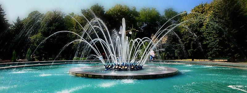 File:Прогулка мимо фонтана по ул. Тургеньева (краснодар) - panoramio (2).jpg