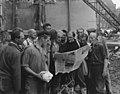 08-30-1955 13575 Arbeiders met krant (6305807855).jpg
