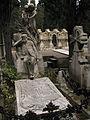 095 Tomba de Rodrigo Rubert Laporta, al fons el panteó Parellada.jpg