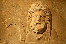 Apuntes de Mitología y Etimología - Página 7 220px-0_Autel_d%C3%A9di%C3%A9_au_dieu_Malakb%C3%AAl_et_aux_dieux_de_Palmyra_-_Musei_Capitolini_%281b%29