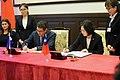 10.03 總統與「宏都拉斯共和國葉南德茲(Juan Orlando Hernández)總統一同簽署聯合聲明 (29967902552).jpg
