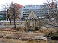 2013 Ausgrabung Alter St. Nikolai-Friedhof Nikolaikapelle Hannover, 62c, Fortführung Baggerarbeiten, Einebnung der Grabungsstelle, Blick vom 2. Stock Goseriede auf die Nikolai-Kapelle.jpg