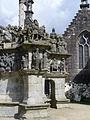 4362.Calvaire-Kalvarienberg von Saint Miliau in Guimiliau zwischen 1581 und 1588 errichtet zeigt mit insgesamt 200 Figuren 17 Passionsszenen im Turm und im Fries 15 Szenen aus dem Leben Jesu.JPG