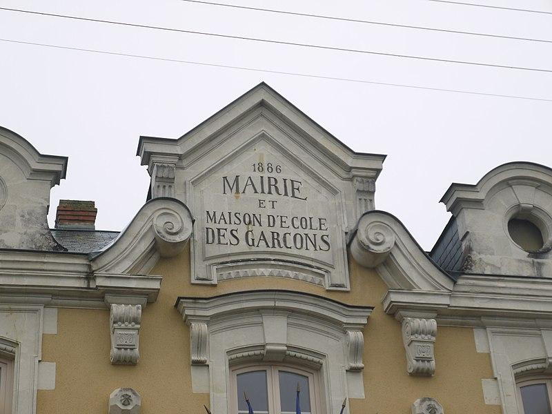 Le fronton de la mairie, ancienne école.