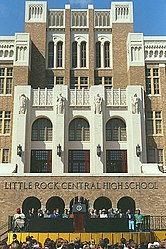Bill Clinton während einer Rede vor der Little Rock Central High School