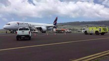 Datei:Aircraft ground handling at SCIP Easter Island LATAM B787-9.webm