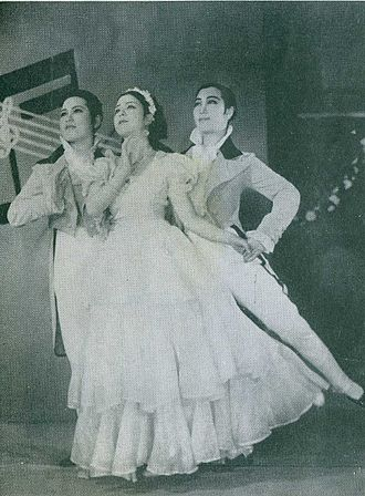 Takarazuka Revue - A musumeyaku is flanked by two otokoyaku, circa 1935.