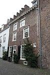 foto van Huis met eenvoudige gevel met rechte kroonlijst
