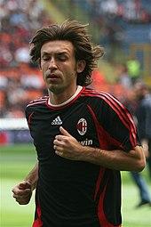Pirlo, ai tempi del Milan, mentre si riscalda prima di un match di Serie A.