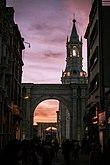 Arco y torre de la Catedral basílica de Arequipa desde la calle Mercaderes