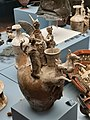 Askos a decorazione plastica e policroma (Museo archeologico nazionale del Melfese).jpg