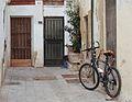 Atzucac amb bicicleta pel carrer del poeta Liern, València.JPG