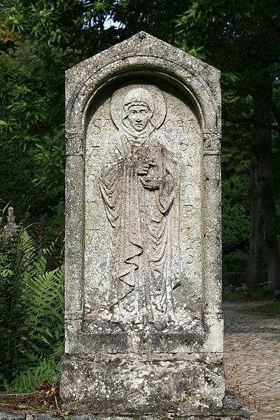 Auderghem (Belgique), prieuré de Val Duchesse - Niche en pierre sculptée décorée d'un bas relief représentant Sainte Anne - Partie gauche du Mur occidental clôturant la chapelle Sainte-Anne.