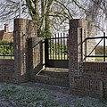 Bakstenen hek met metalen opstand aan de straatzijde - Leek - 20367737 - RCE.jpg