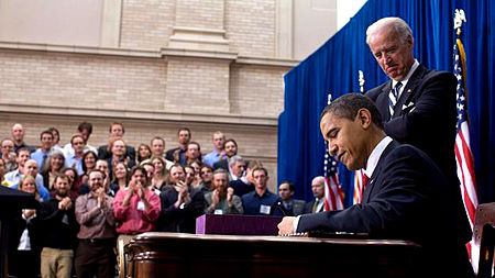 https://upload.wikimedia.org/wikipedia/commons/thumb/4/4c/Barack_Obama_signs_American_Recovery_and_Reinvestment_Act_of_2009_on_February_17.jpg/450px-Barack_Obama_signs_American_Recovery_and_Reinvestment_Act_of_2009_on_February_17.jpg