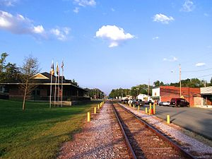 Baxter, Tennessee - Railroad tracks and Broad Street (right)