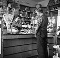 Bemanningslid Arthur doet inkopen in een kruidenierswinkel, Bestanddeelnr 254-1497.jpg