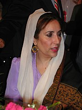 Benazir Bhutto en tenue traditionnelle et portant un voile blanc