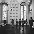 Bezoekers bekijken de kerkramen, Bestanddeelnr 926-8883.jpg