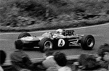 Jack Brabham affronta la Sudkehre del Nurburgring nel Gran Premio di Germania del 1965. Brabham fu l'unico pilota a trionfare anche come costruttore, con la sua Brabham, nella stagione 1966.