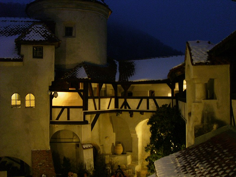 File:Bran Castle Night 1.jpg