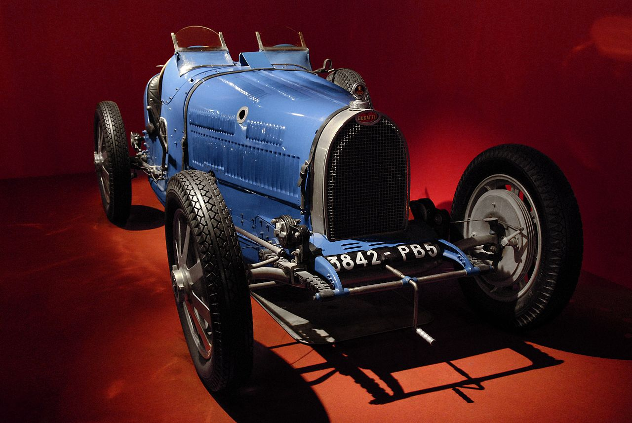L'automobile Bugatti Type 35B exposée à la Cité de l'automobile (collection Schlumpf) à Mulhouse (Alsace).  (définition réelle 2581×1728)