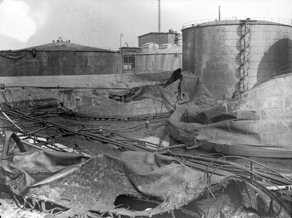Burnt-out Shell Oil reservoirs Bundesarchiv Bild 141-1117, Rotterdam, ausgebrannte Oltanks.jpg