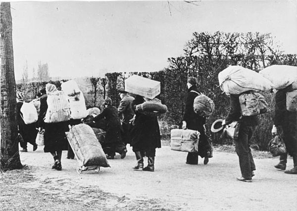 Germans leaving Silesia for Allied-occupied Germany in 1945. Courtesy of the German Federal Archives (Deutsches Bundesarchiv).