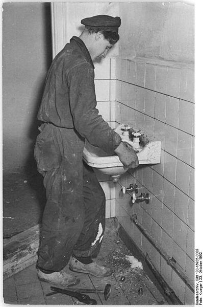 File:Bundesarchiv Bild 183-16926-0005, Berlin, Bau Karl-Marx-Allee, Block E-Süd, Waschbecken.jpg