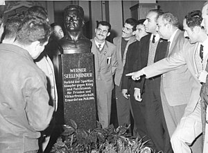 Werner Seelenbinder - A delegation of boxers from Syria looking at a bust of Seelenbinder in the Werner-Seelenbinder-Halle, 1963