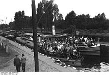 Bundesarchiv Bild 183-R67003, Schiffe in der Schleuse Grosswusterwitz.jpg