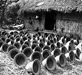 COLLECTIE TROPENMUSEUM 'Pottenbakkersdorp te Lasêm bij Rembang de potten worden te drogen gezet' TMnr 10014165.jpg