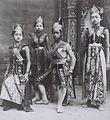COLLECTIE TROPENMUSEUM Groepsportret van dansers en spelers in een wajang wong voorstelling te Buitenzorg TMnr 60042316.jpg