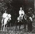 COLLECTIE TROPENMUSEUM Mevrouw Kerchman en haar zoon Albert te paard in de omgeving van Sarangan TMnr 60053708.jpg