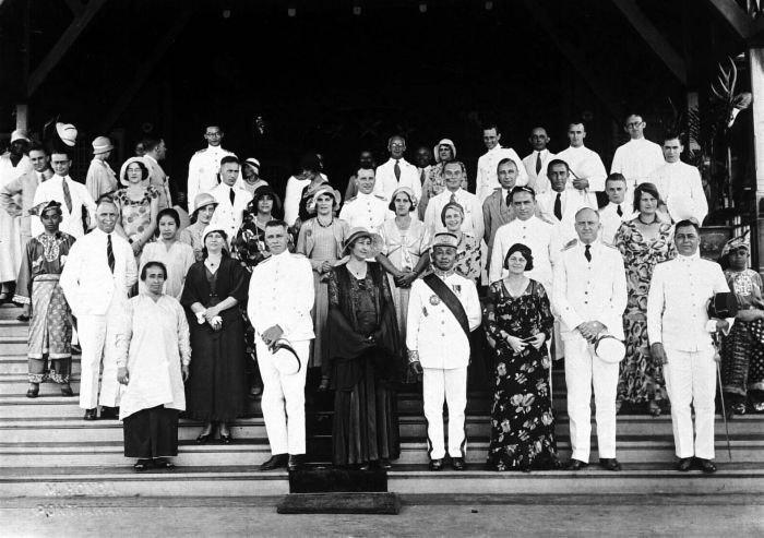 COLLECTIE TROPENMUSEUM Ontvangst bij de sultan van Pontianak West-Borneo TMnr 10001596