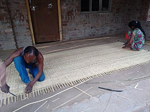 Reed mat (craft) - Artisans weaving a reed map in India