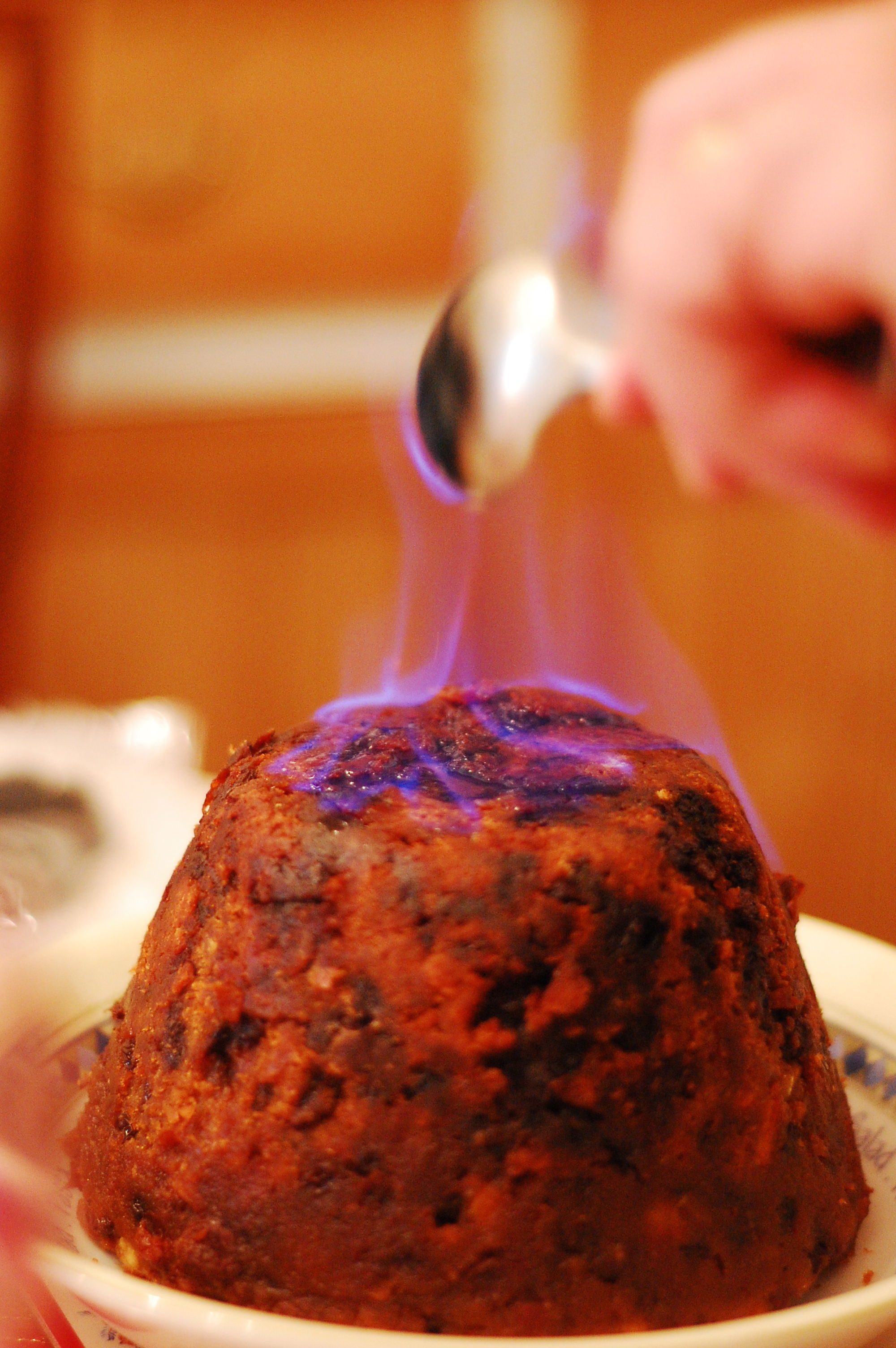 http://upload.wikimedia.org/wikipedia/commons/thumb/4/4c/Christmas_Pudding_with_Flaming_Rum.jpg/2000px-Christmas_Pudding_with_Flaming_Rum.jpg