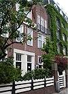 foto van Op een L-vormige plattegrond op de hoek van Cornelis Schuytstraat en