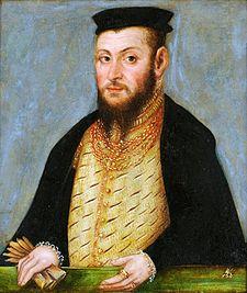 Портрет Сигизмунда II Августа, в черной шляпе с белым пером, белый ерша на его шее и богато золотой цепью на шее.