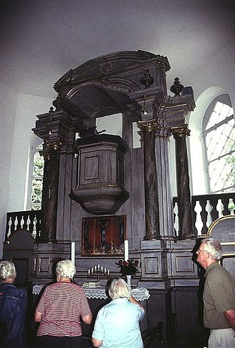 Damsholte Church - The altar with integrated pulpit