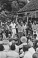 De sergeant-majoor van het KNIL heft zijn hand op. Achter hem de Indonesische ma, Bestanddeelnr 446-5-3.jpg