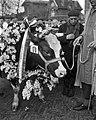 Dikbil Corrie is drie jaar en weegt 820 kilo Twee van de deelnemers op veemarkt, Bestanddeelnr 915-0074.jpg