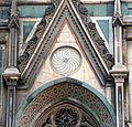 Duomo di firenze, medaglioni intarsiati in marmi nei timpani delle finestre sui fianchi 07.JPG