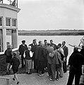 Een groep mannen in Grouw in het midden een kapitein, Bestanddeelnr 254-5350.jpg