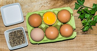 Egg cartons with chicken eggs 02.jpg