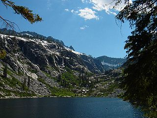 320px-Emerald_lake_trinity_alps