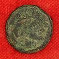 Etruschi, populonia, moneta di bronzo con testa di menrva (minerva).JPG
