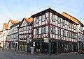 Fachwerk Bürgerhaus von 1650 (im Vordergrund) und Häuserzeile am Markt- Eschwege Ecke Alter Steinweg-Marktstraße - panoramio.jpg