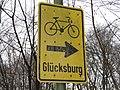 Fahrradwegschild Richtung Glücksburg beim Verbindungsweg Osterkoppel-Waldeshöh (Flensburg-Mürwik 2015-01-01).jpg