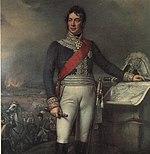 pintura mostra um homem de pé com a mão esquerda em um mapa enquanto sua mão esquerda segura um telescópio, enquanto um raivas batalha no fundo.  Ele veste um casaco militar azul e calções brancos, enquanto o chapéu bicorne senta na mesa do mapa.